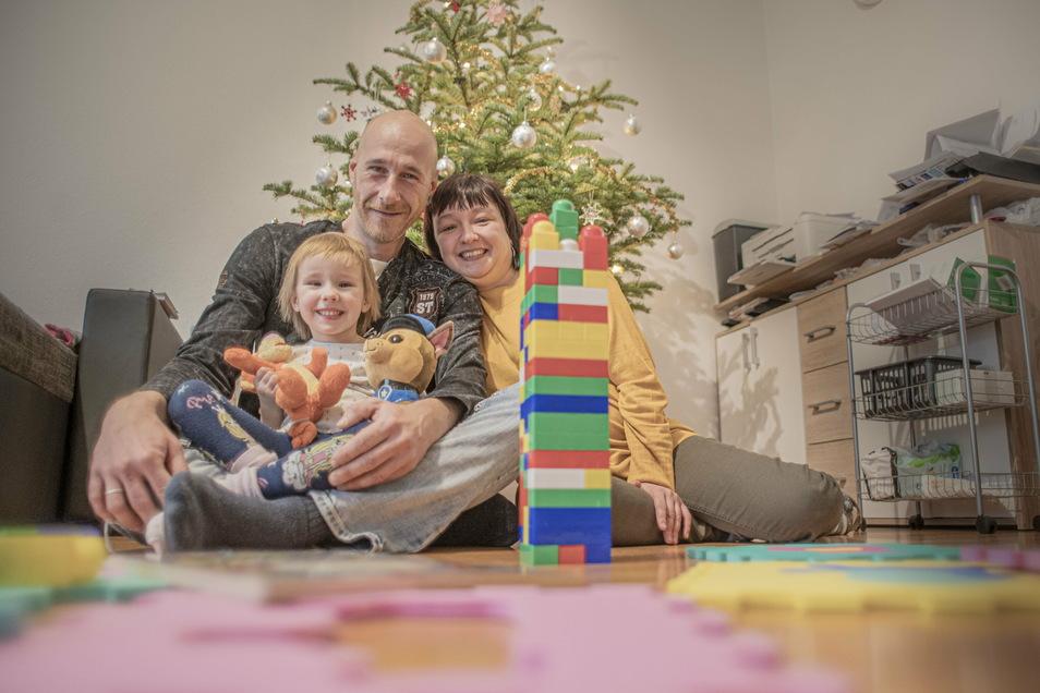 Alina, die in eine unheilbare Krankheit hat, ist mit den Eltern Constanze Schiel und Marcel Engmann aus Kamenz in eine neue Wohnung gezogen. Ein Bericht auf Sächsische.de half bei der Suche.