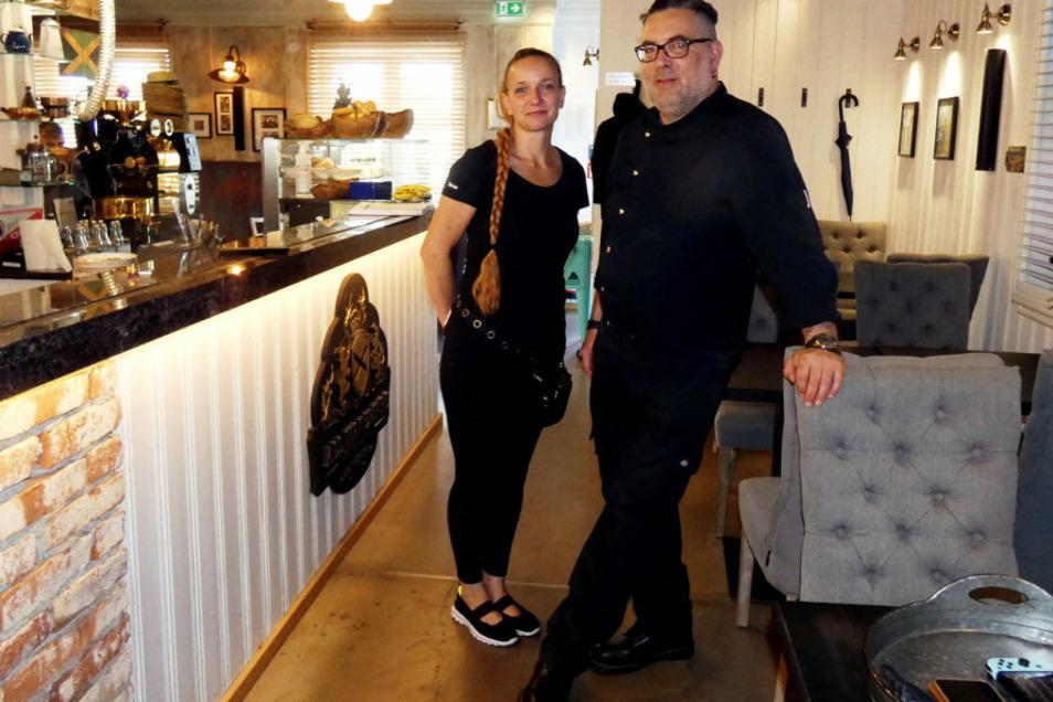 Daniela Wölk und Andreas Vater warten auf die Gäste im AJE an der Hoyerswerdaer Liselotte-Herrmann-Straße 28.