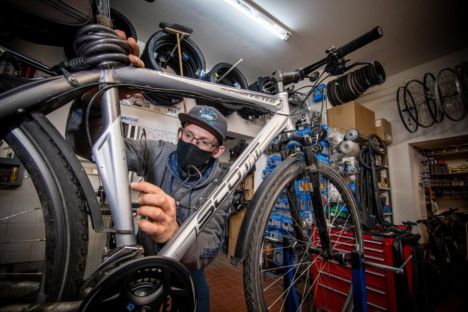 Viel zu tun gibt es in der Werkstatt von Radsport Döbeln. Rad fahren ist im Trend. Hier schraubt Jens Böber an einem Fahrrad.
