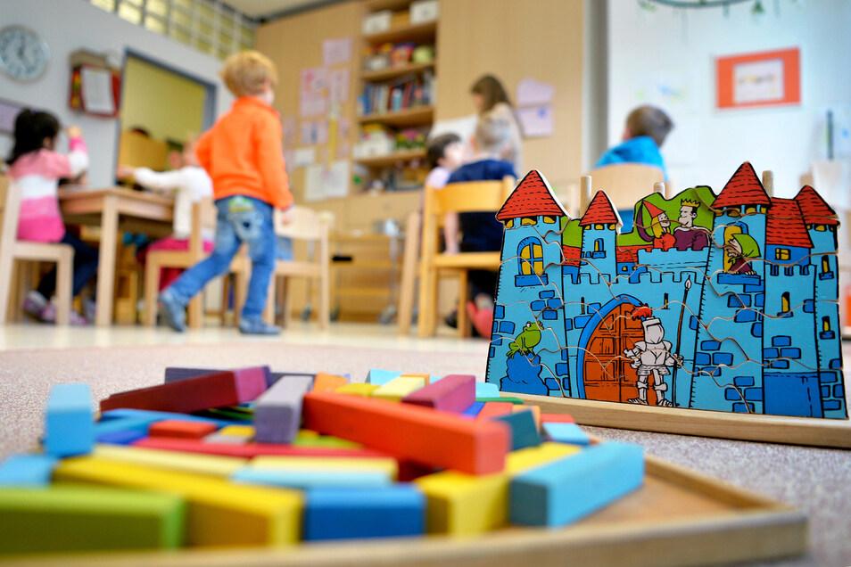 Wann sollen Kinder wieder in die Kita gehen - und wie groß dürfen dann die Gruppen sein? Der Dresdner Infektiologe Reinhard Berner hat einen Vorschlag.