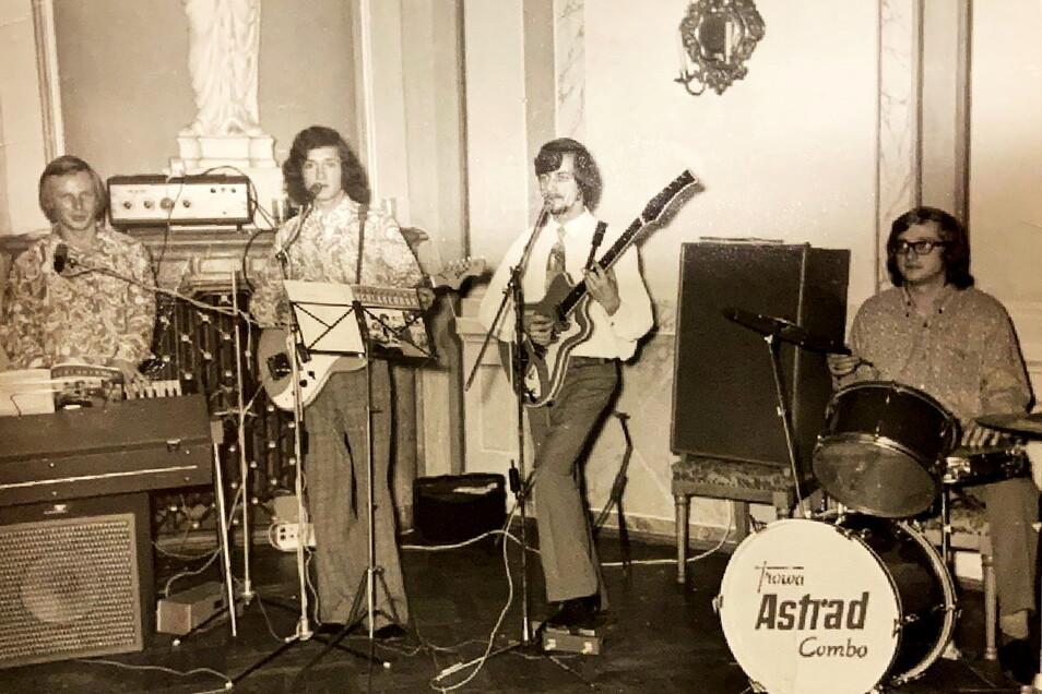 Die Astrad-Combo war von 1973 bis 1974 die Hauskapelle im Barockschloss Rammenau. Hartmut Reichelt (2.v.r.) spielte dabei eine der beiden Gitarren.