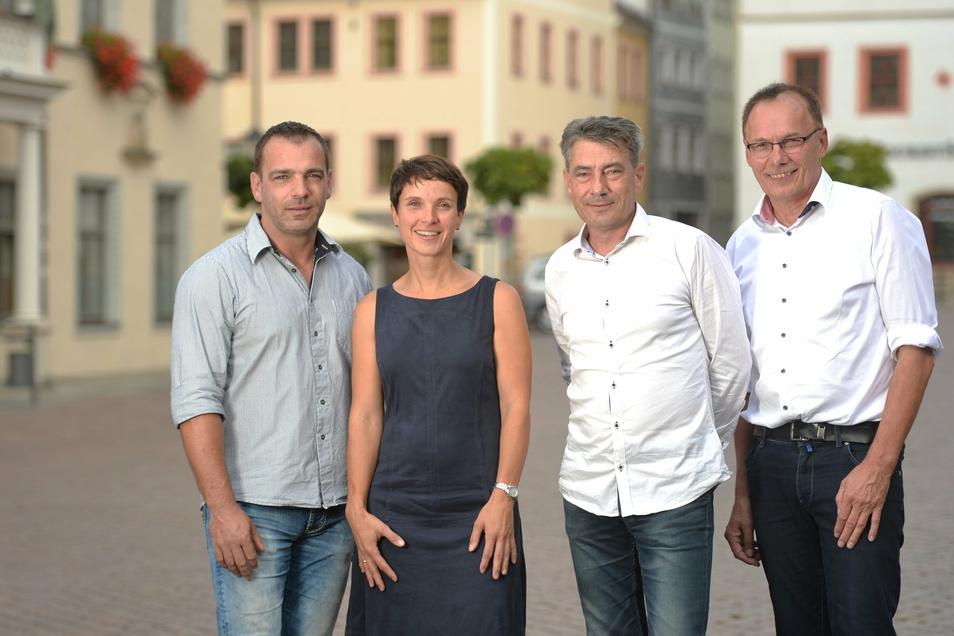 """Es war einmal: Thomas Mache (l.), Tim Lochner (3.v.l.) und Ulrich Kimmel (r.) bildeten im September 2018 die Stadtratsfraktion """"Pirna kann mehr - Blaue Wende"""". Doch an Frauke Petry (2.v.l.) schieden sich bald die Geister."""