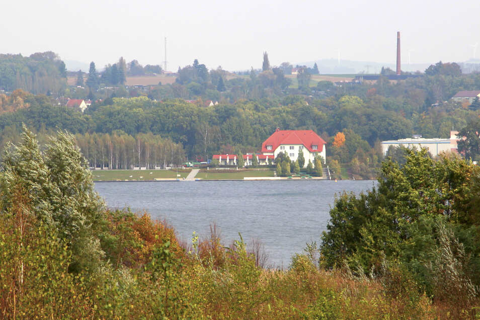 Blick von der Kirchbergaussicht auf den Olbersdorfer See.  Am wilden Strand lag Ende Juni 2019 ein lebloser Mann.