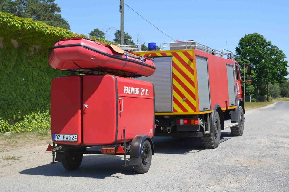 Die Feuerwehr brachte Schlauchboote zum Waldsee in Niesendorf, um nach dem Vermissten zu suchen.