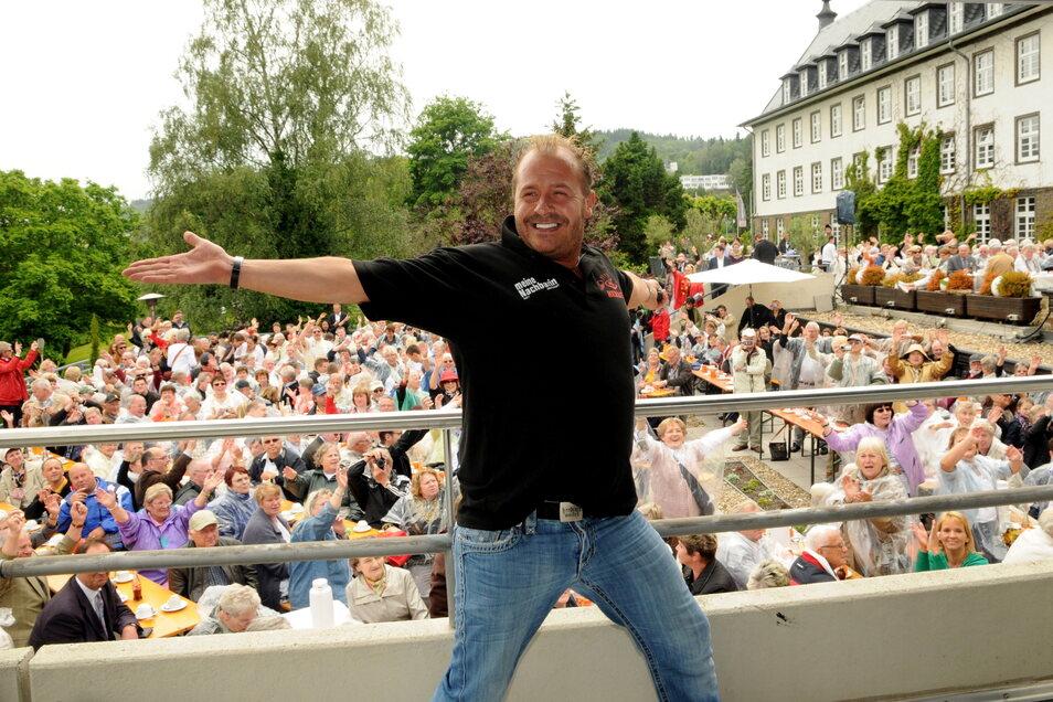 """300 Auftritte pro Jahr: Willi Herren 2012 vor dem Kurhaus in Bad Münstereifel bei Heinos Open-Air-Veranstaltung """"16 Jahre Heino Cafè Geburtstag""""."""