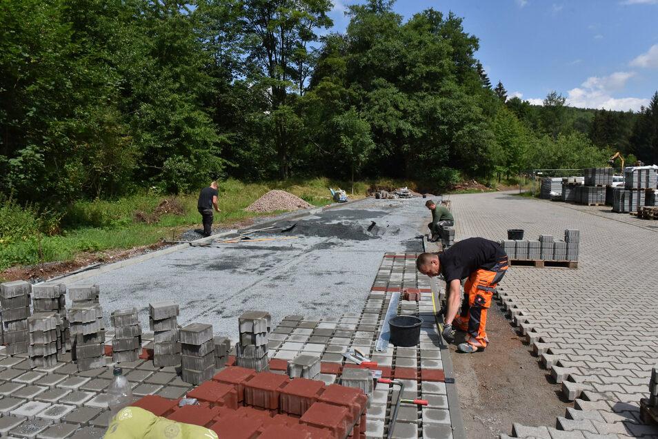 Parkplatzbau am Wildpark Geising: Der erste Teilabschnitt mit 82 Stellflächen wird jetzt fertiggestellt..