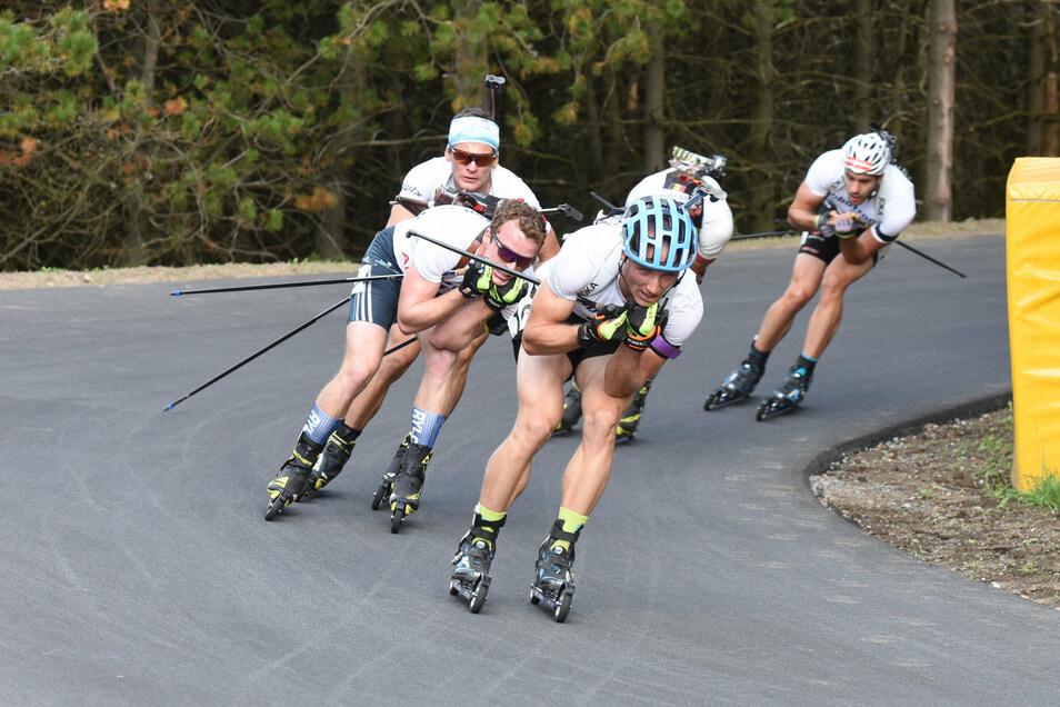 Die Sommer-Variante des Biathlons auf Rollski