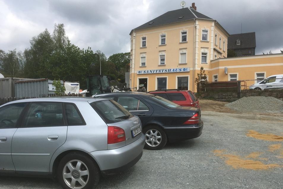 Von dem provisorischen Parkplatz gelangen Kunden leicht zum Sanitätshaus.