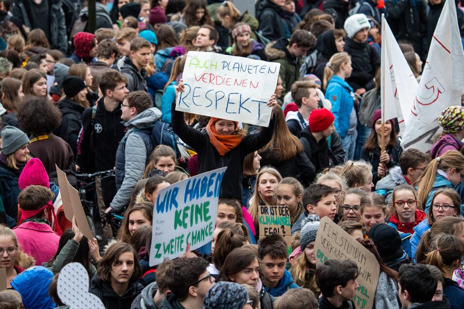 Schüler sammeln sich am St. Benno-Gymnasium in Dresden