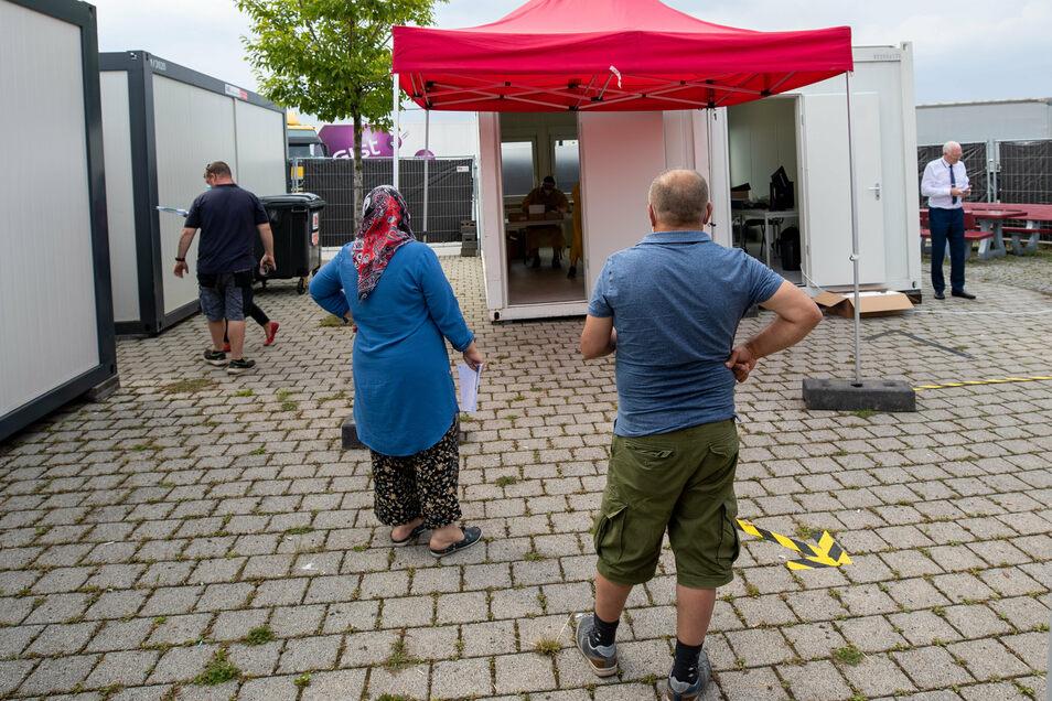 So nüchtern sieht das Testcenter hinter der Umzäunung aus: Herzstück sind die beiden Container mit dem Zeltvorbau: Rechts werden die Leute registriert, durch die linke Tür geht's zum Abstrich.