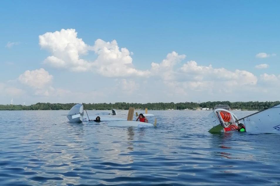 Kein Massenunfall. Aber auch Kentern will gelernt sein. Die Kinder lernen im Segelcamp, wie sie sich in einem Unglücksfall verhalten und ihr Boot im besten Fall sogar wieder aufrichten können.