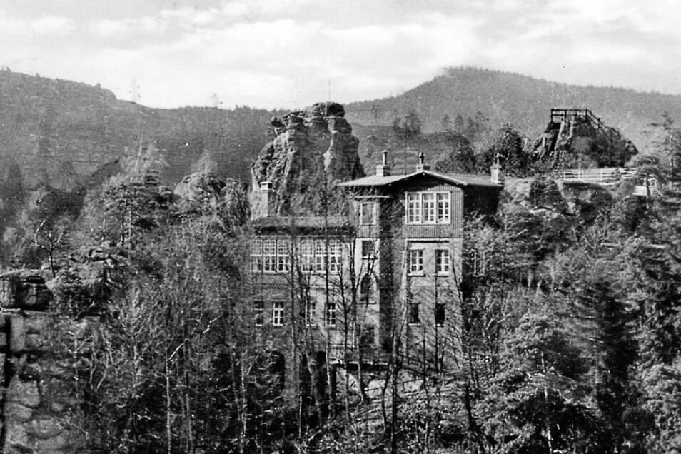 Die Berggaststätte Nonnenfelsen auf einer Ansichtskarte, die 1961 ein Görlitzer Verlag herausgab. Gern ließ man sich damals die Karte mit einem Sonderstempel versehen, der das 100-jährige Jubiläum der Baude (1860-1960) hervorhob.