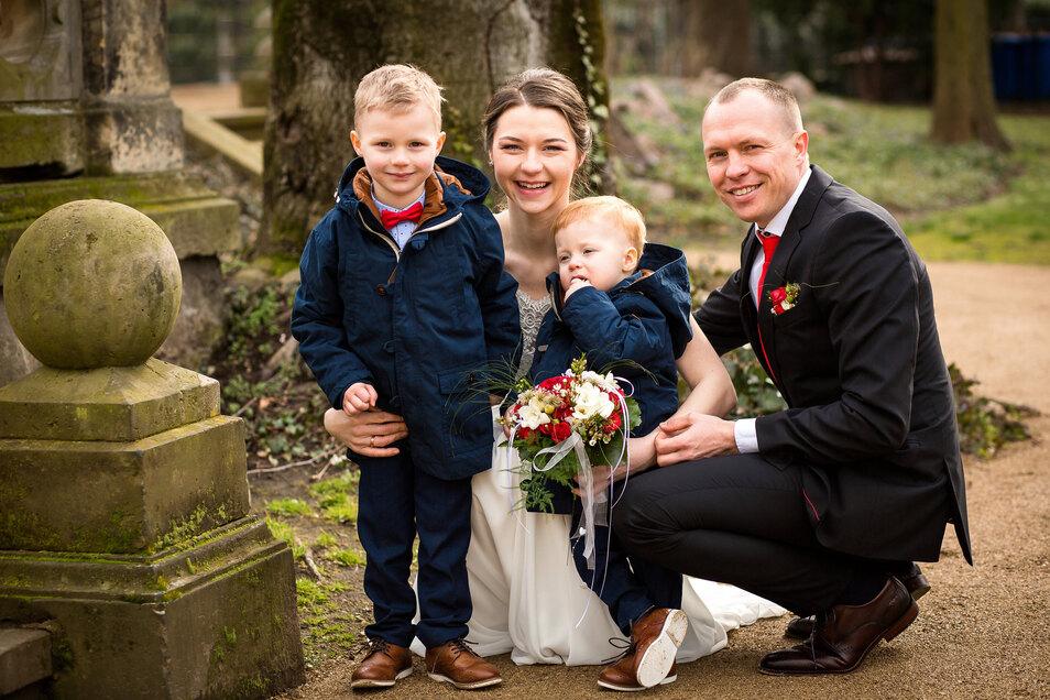 Perfektes Familienglück: Sara und Bernd Günther mit ihren Söhnen Julius (l.) und Adrian.