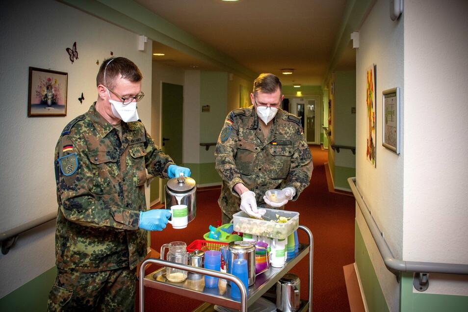 Die Soldaten Dustin Kirchner und Tino Zachäus bringen den Sonnenblick-Bewohnern ihre Mahlzeiten ins Zimmer. Fünf Mal am Tag klopfen sie an jeder der Türen..