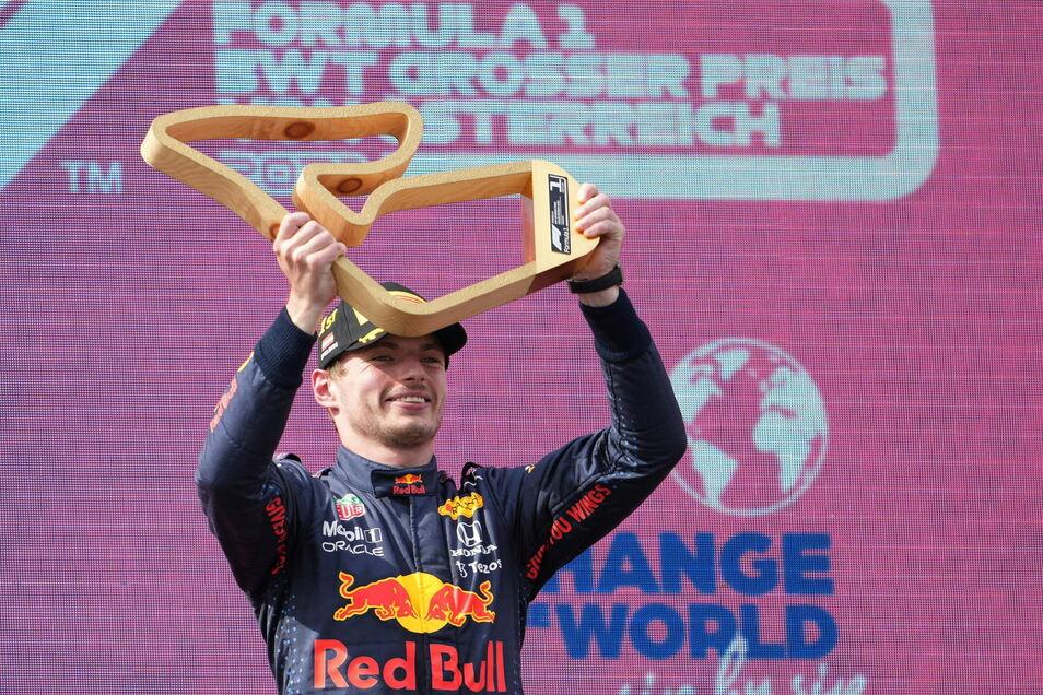 Max Verstappen aus den Niederlanden vom Team Red Bull Racing feiert seinen Sieg bei der Siegerehrung.