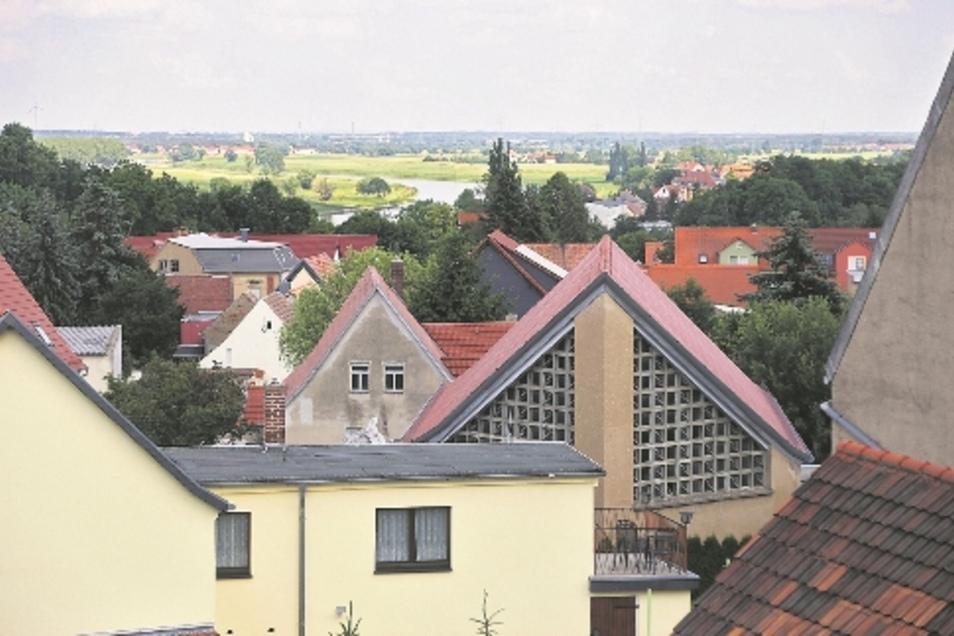 Der Blick aus dem Dachgeschoss reicht über Strehla hinaus bis zur Elbe. Im Hintergrund ist Riesa zu sehen.