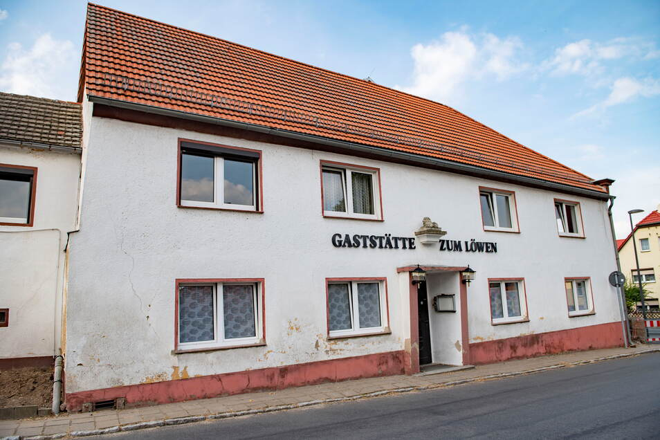 """Die ehemalige Gaststätte """"Zum Löwen"""" in Bauda weiß sicher so manche Geschichte zu erzählen. Nun wird das bisher leerstehende Gebäude wieder flott gemacht."""