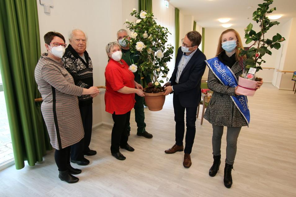 Am Dienstag wurde die neue Seniorenresidenz in Roßwein mit einem Einweihungsgeschenk — einer Kamelie — des Heimatvereins und der Stadt Roßwein eröffnet. Geleitet wird die Einrichtung von Nicole Eichert (links).