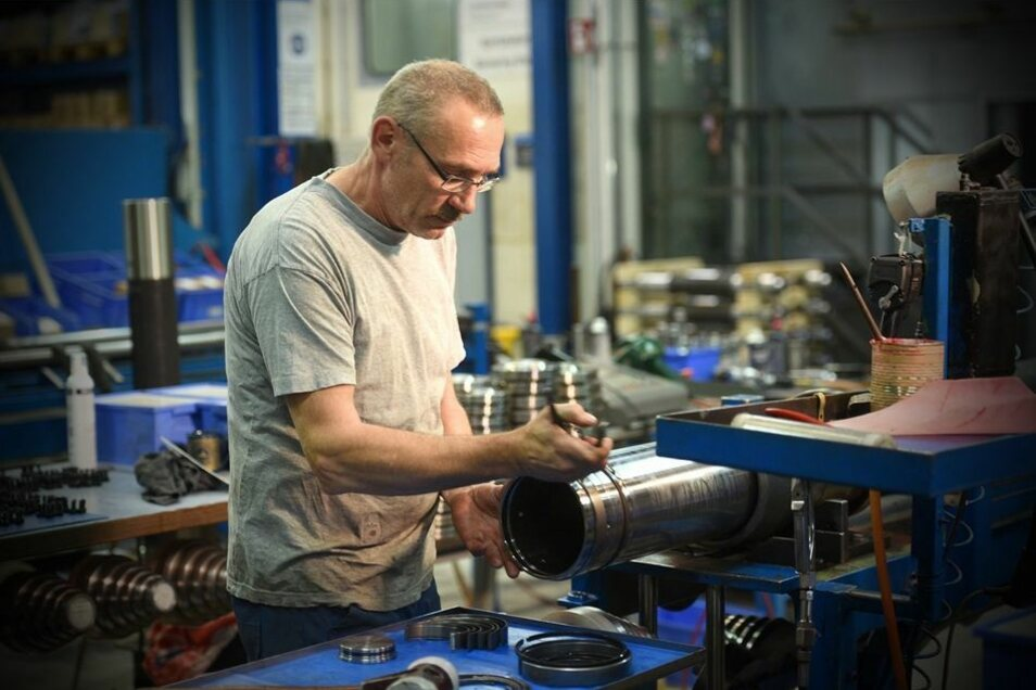 Jörg Konschak montiert einen mehrstufigen Hydraulikzylinder.