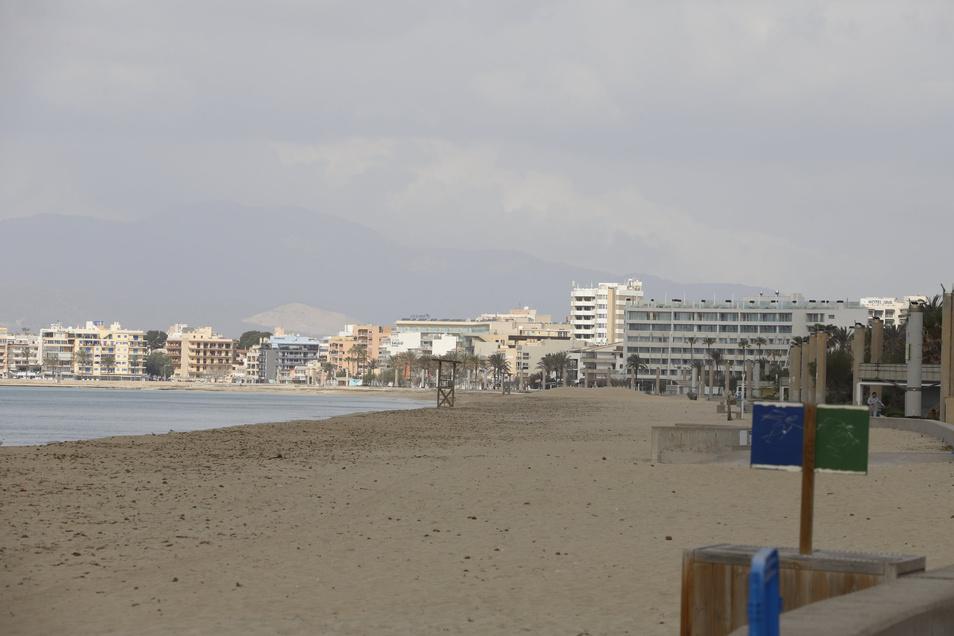 Menschenleer ist der Strand El Arenal. Normalerweise beginnt zu Ostern die Saison auf Mallorca.