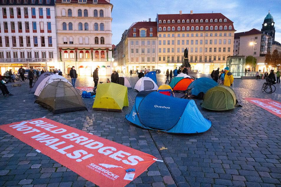 """Mit Zelten hat die Initiative """"Seebrücke"""" am Samstag auf dem Neumarkt darauf aufmerksam gemacht, wie Flüchtlinge derzeit in großen Lagern leben."""