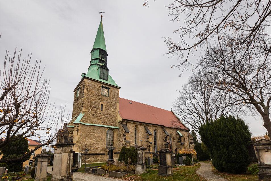 Von Weitem wirkt das Bild idyllisch. Doch wer näher tritt, erkennt, dass die Leubnitzer Kirche von Rissen übersät ist. Weil in den vergangenen Sommern wenig Regen gefallen ist, sackt der Boden unter dem Gotteshaus ab.