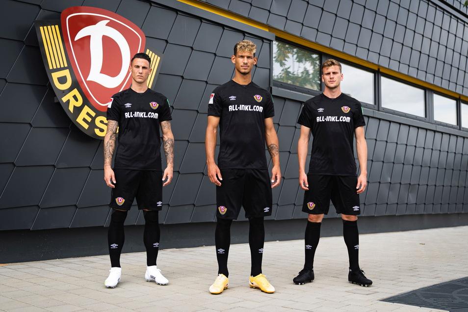Ganz in Schwarz mit weißen Akzenten: Panagiotis Vlachodimos, Heinz Mörschel und Christoph Daferner präsentieren Dynamos neues Auswärtstrikot.