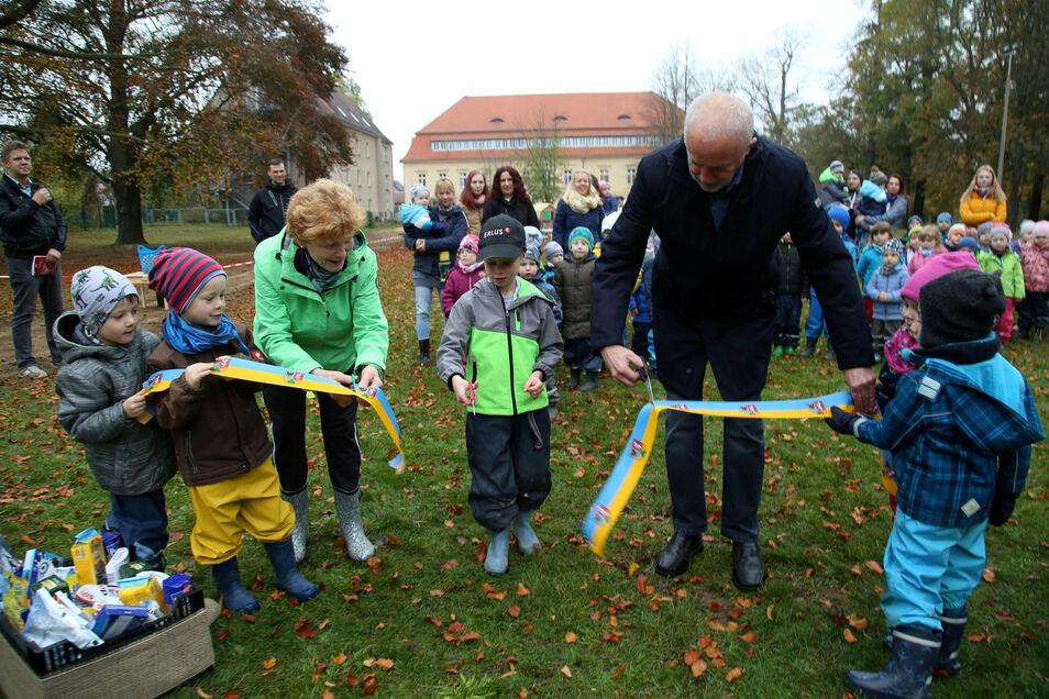 Großer Augenblick im Oktober 2019: Die Kinder der Kita erobern den neuen Spielplatz, der zum Kinderschloss Waldhufen gehört. Das imposante Bauwerk (im Hintergrund) wurde in den vergangenen Jahren saniert.