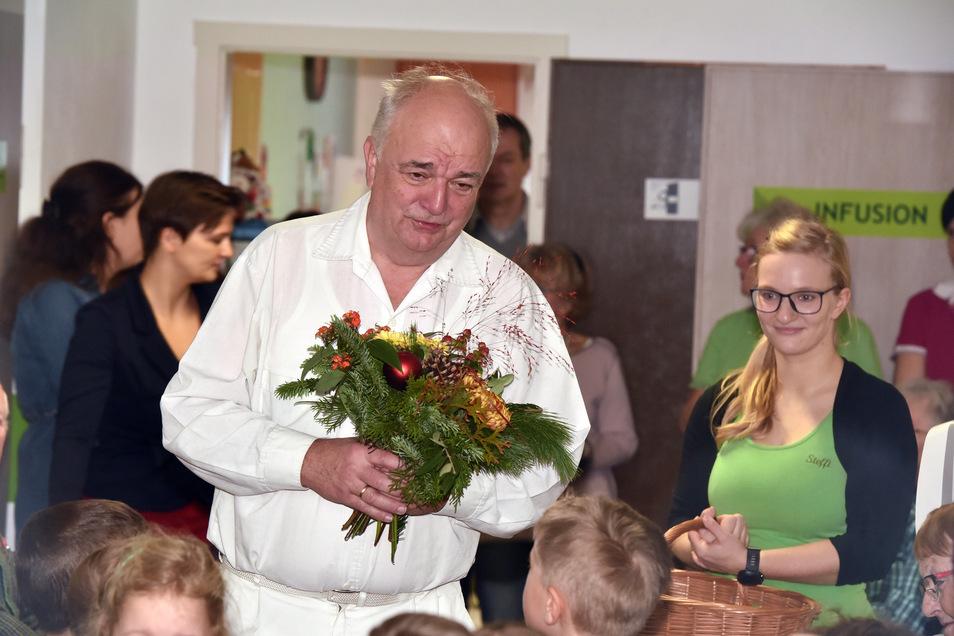 Jetzt ist Gottfried Hanzl 70 geworden. Noch 2018 feierte er das 30-jährige Bestehen des Ambulatoriums in Oderwitz (Bild). Mit einem Ständchen überraschten die Mädchen und Jungen des Kindergartens den Doktor.