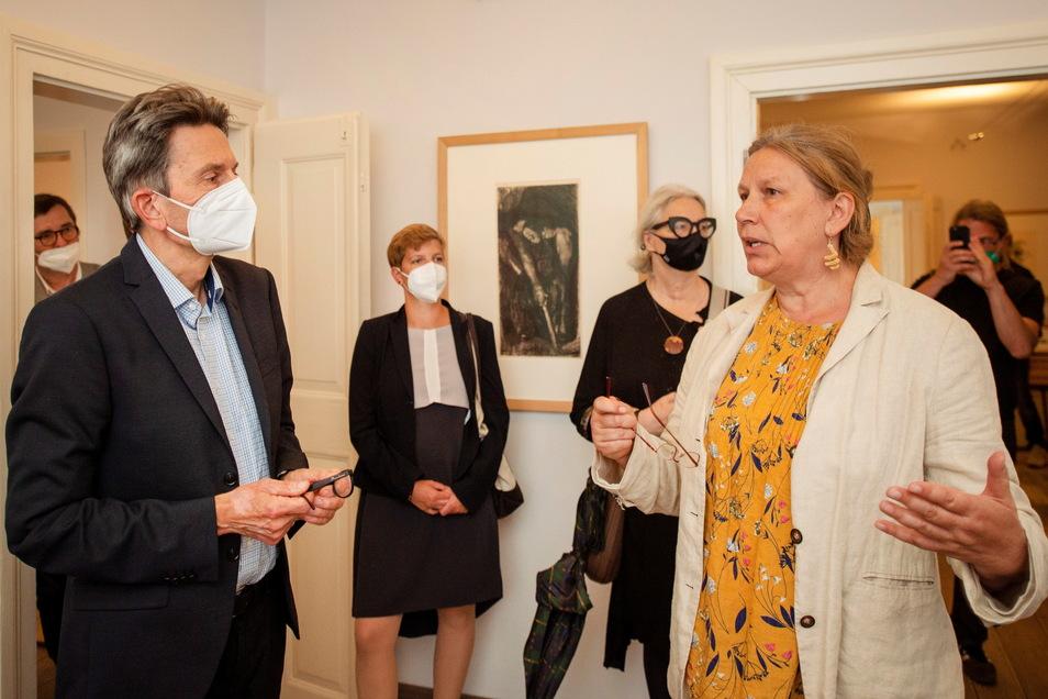 Margitta Hensel, Vorstandsvorsitzende der Käthe-Kollwitz-Stiftung, führte den Vorsitzenden der SPD-Bundestagsfraktion, Rolf Mützenich, durch die Räume des Kollwitz-Hauses.