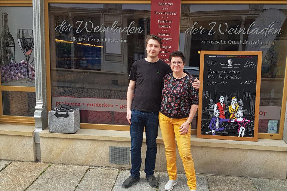 Der Musiker Julian Wolf hat sein drittes Video im Weinladen No. 2 in Meißen aufgenommen. Dessen Chefin Claudia Beyer (rechts) freute sich über seinen Besuch.