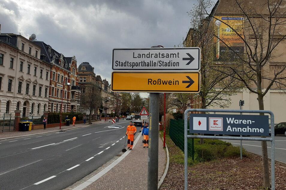 Wer aus dem Zentrum kommend auf der Straße des Friedens fährt, kann nur nach rechts auf die Schillerstraße abbiegen.