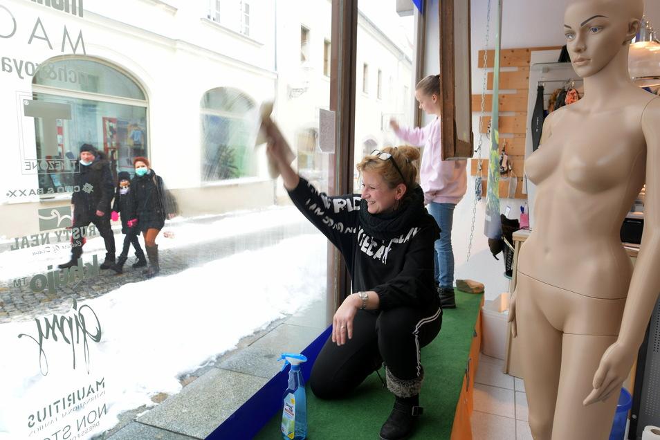 """Die großen Fensterscheiben der """"Jeans-Welt"""" in der Bautzner Straße in Zittau werden schon mal geputzt."""