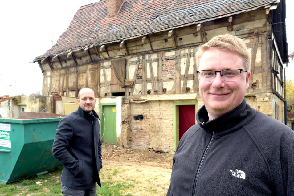 """Die Vereinsmitglieder um Henry Stuff (rechts) und Bert Salomo finden auch in Corona-Zeiten Möglichkeiten, die """"alte Lotte"""" - eines der ältesten Fachwerkhäuser in der Region - in Eckartsberg zu sanieren."""