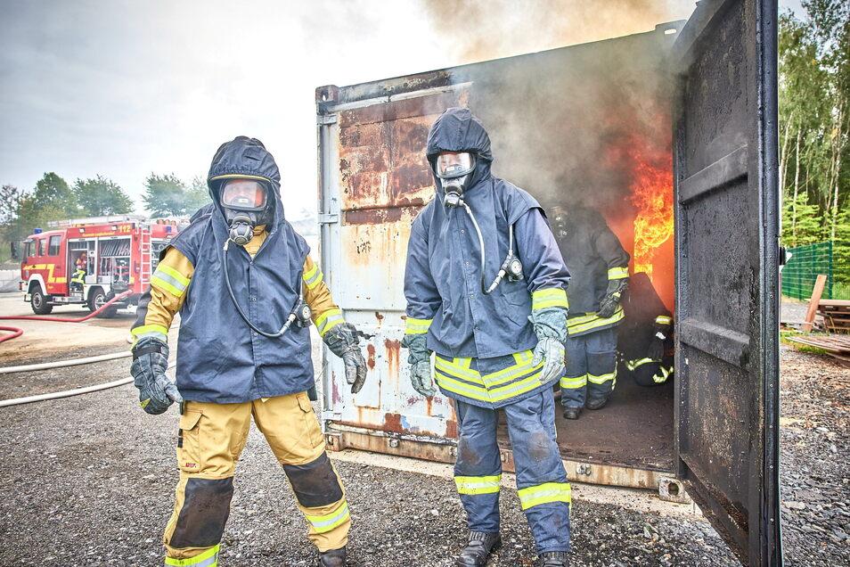 Feuerwehrleute aus Langburkersdorf und Berthelsdorf trafen sich zur Übung im Brandcontainer.