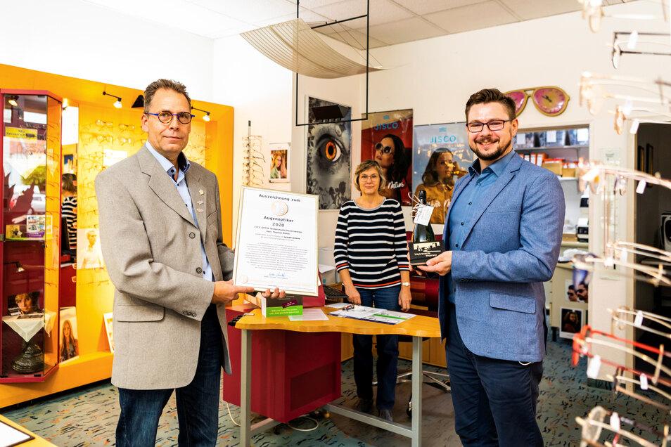 Der Wirtschaftsförderer Alexander Kühne (rechts) überreichte die Urkunde an Thomas Böhm (links).