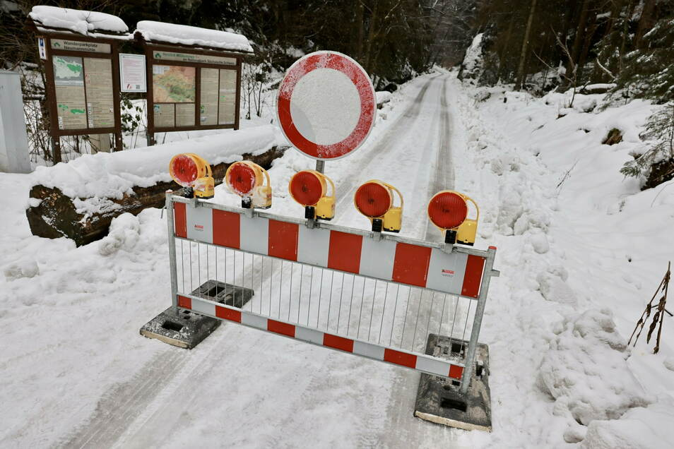 Gefahr von oben: Der Weg durch den Großen Zschand ist gesperrt. Auch für Fußgänger.