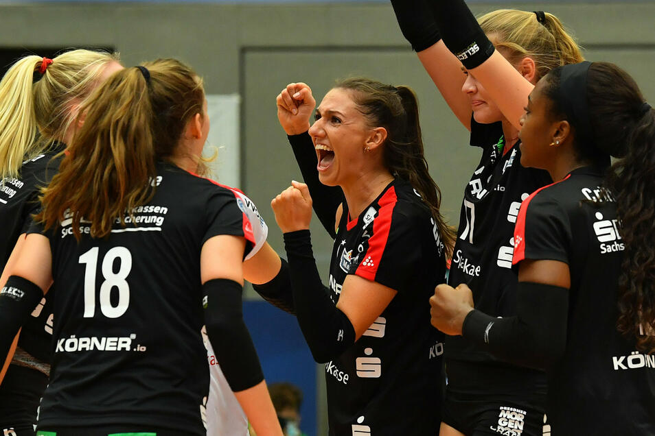 Lena Stigrot (M.) führt die DSC-Volleyballerinnen als neue Kapitänin durch die Saison. Die 25-Jährige konnte mit ihren Kolleginnen den ersten Saisonsieg bejubeln.