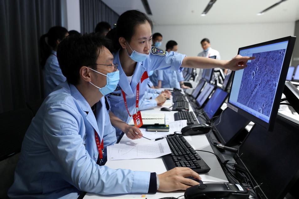 Technisches Personal arbeitet im Pekinger Raumfahrtkontrollzentrum.