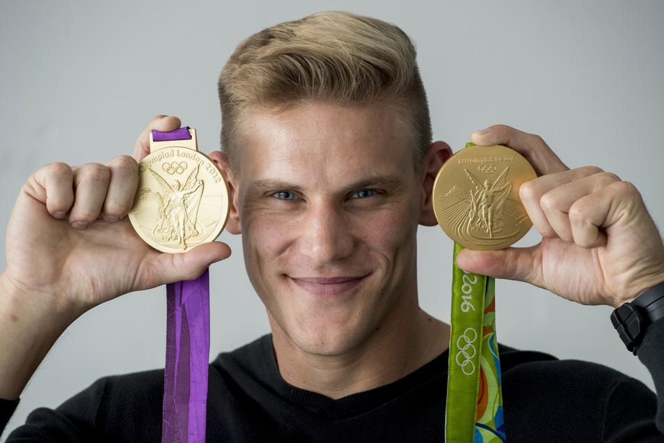 Karl Schulze zeigt seine Goldmedaillen von 2012 in London und 2016 in Rio de Janeiro.