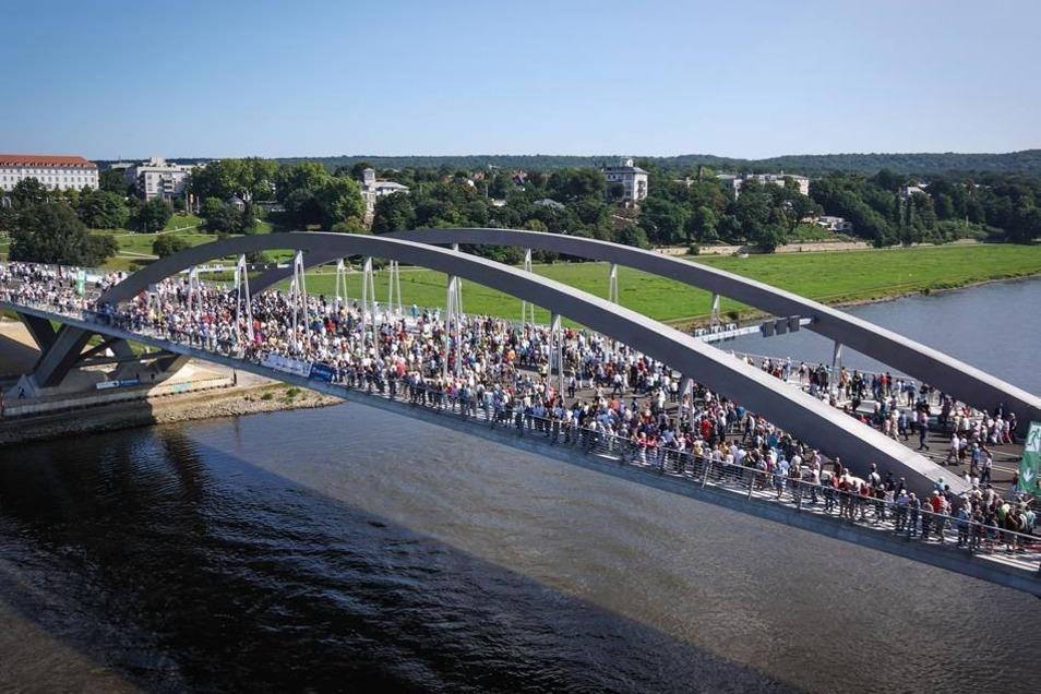 In Höhe des Brückenbogens machten viele Besucher Halt und inspizierten den Bau.