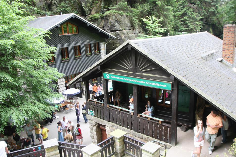 Die Amselfallbaude im Amselgrund ist ein beliebtes Ziel für Wanderer. 1910 wurde das Blockhaus errichtet.