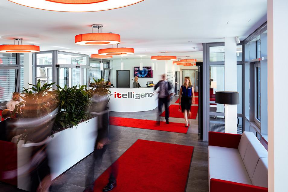 Der Eingangsbereich befindet sich in dem Verbindungsbau zwischen Hochhaus und Nebengebäude. Gestaltet ist er in den Unternehmensfarben Rot und Grau.