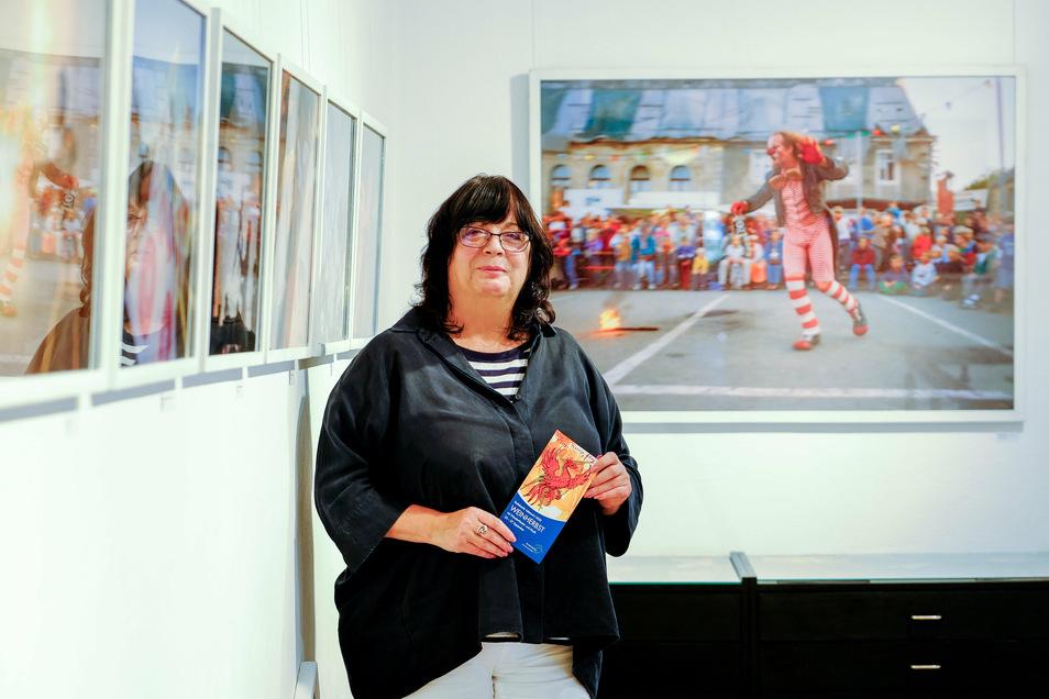 Gabriele Lorenz steht mitten in der aktuellen Ausstellung der Stadtgalerie mit Fotografien von André Wirsig.