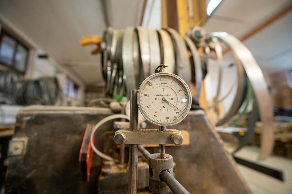 Hier werden die Reifen gefertigt, die den Bottich zusammenhalten. Jährlich verbraucht die Böttcherei mehrere Tonnen des verzinkten Bandstahls.
