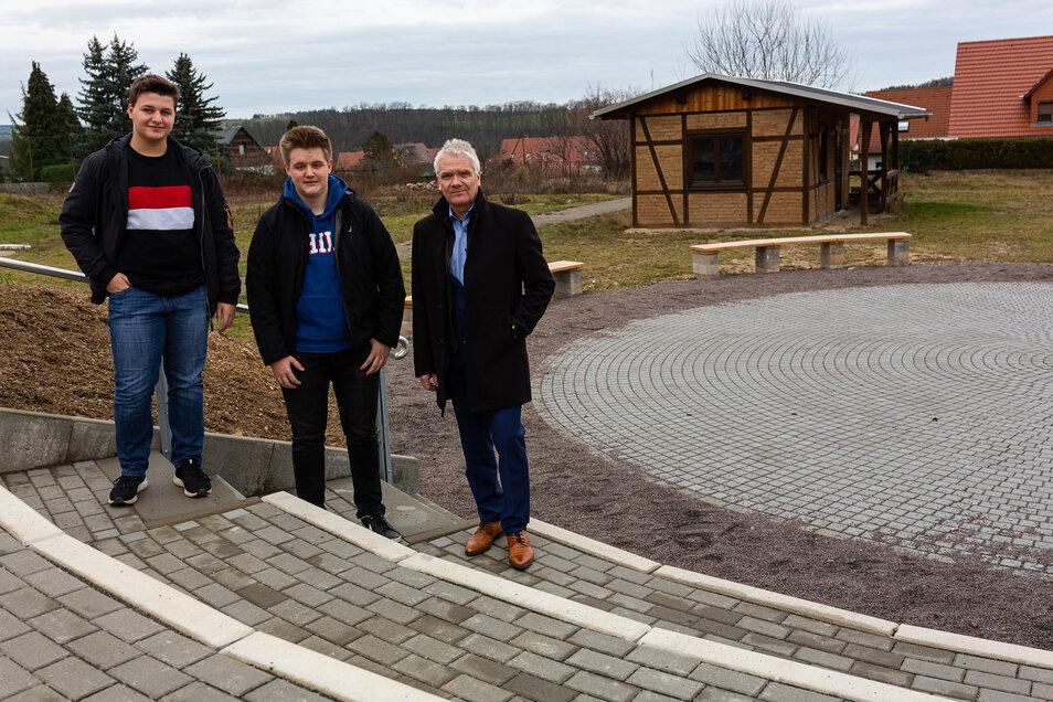 Schulleiter Volker Hegewald (v.r.) steht hier mit Schülersprecher Tristan Seibt und Josua Krügel in dem neuen grünen Klassenzimmer, das nun an den Landkreis übergehen soll.