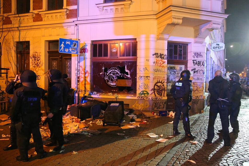 Ein ganzer Stadtteil wurde verwüstet. Rund 250 vermummte Hooligans randalierten am 11. Januar 2016 in Leipzig-Connewitz.