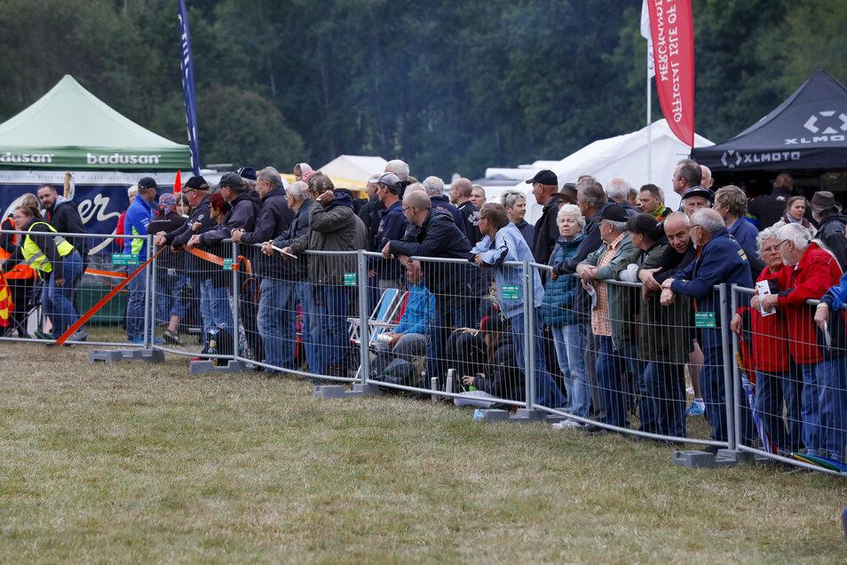 An der Strecke verfolgten viele Zuschauer das Geschehen.