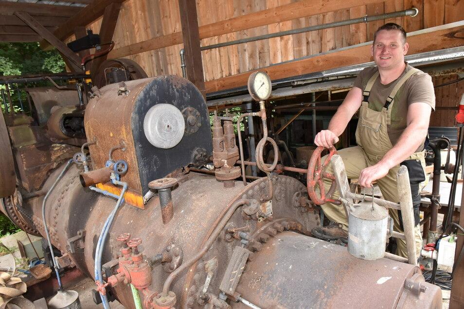 Wenn Martin Mäke auf die Dampfmaschine klettert und ein Feuerchen macht, dann ist für ihn die Welt in Ordnung.
