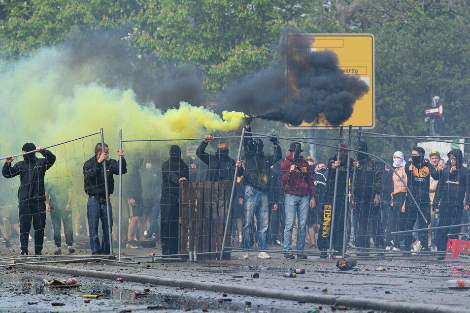 Nach den Angriffen auf die Polizisten ist die gesamte Lennéstraße mit Scherben und Böllerresten übersät.